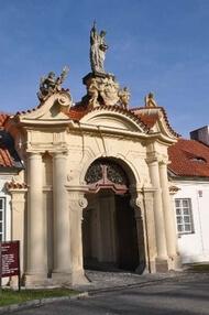 vstupní brána Břevnovského kláštera